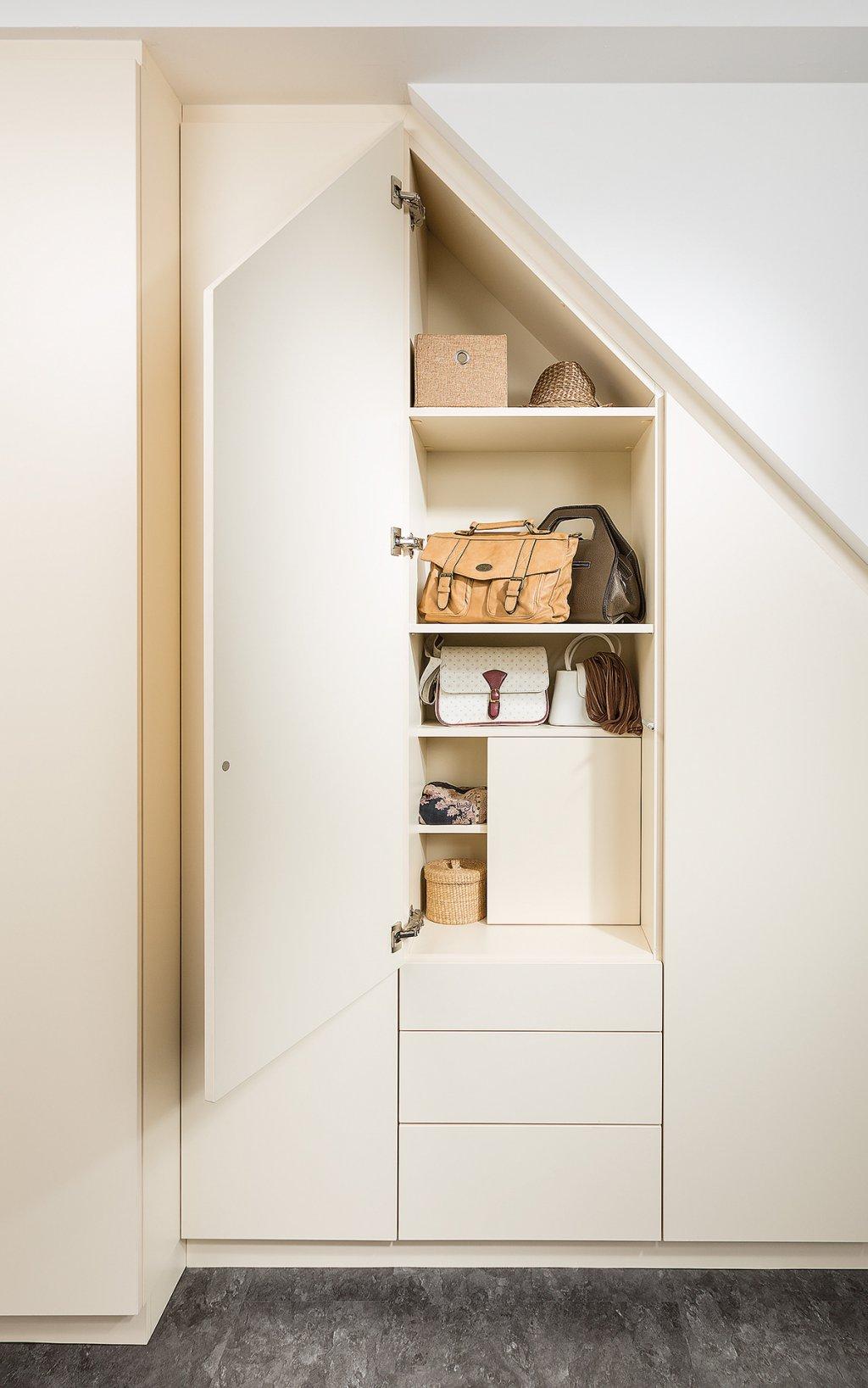 schrank dachschrge gnstig latest als begehbarer with schrank dachschrge gnstig good begehbarer. Black Bedroom Furniture Sets. Home Design Ideas