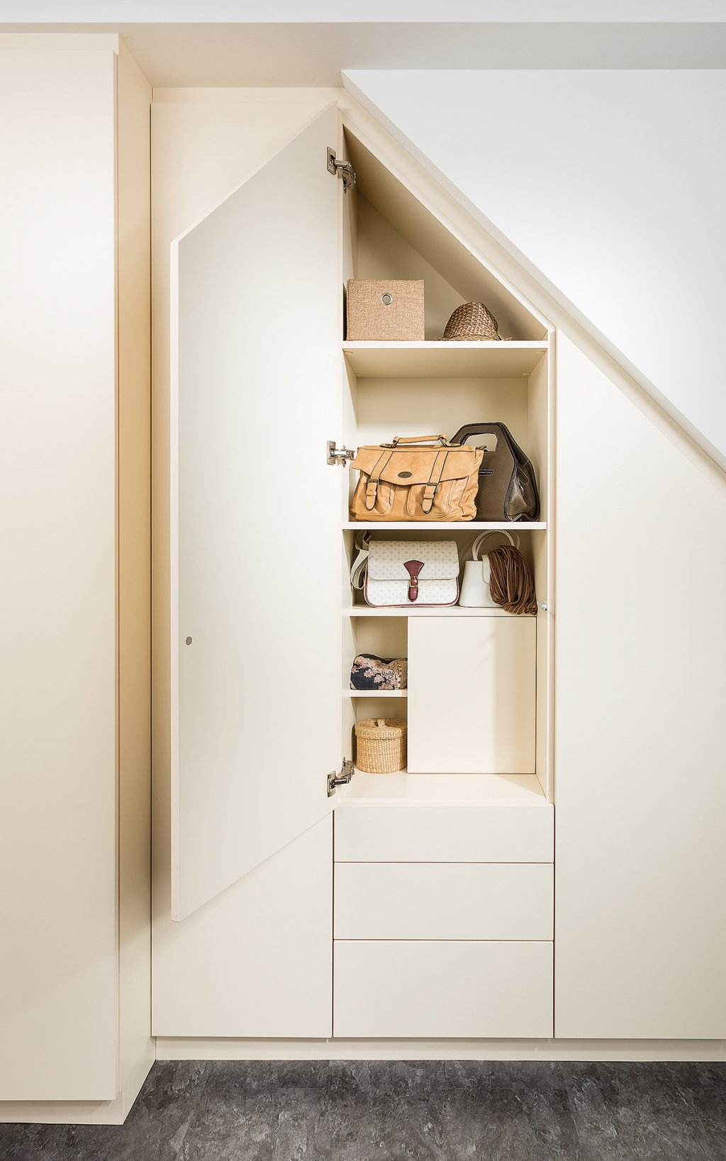 schrank unter dachschrge amazing im schrank unter dem dachstock geben eine zweite ebene frei. Black Bedroom Furniture Sets. Home Design Ideas