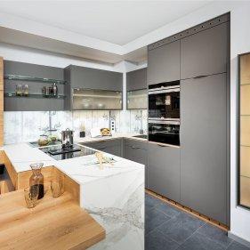 Küche mit Raumteiler und Essplatz