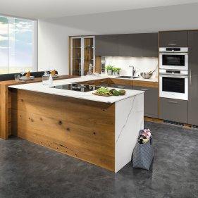 Küche mit Raumteiler und Bar-Theke
