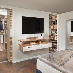 Schlafzimmer mit Schrankraum