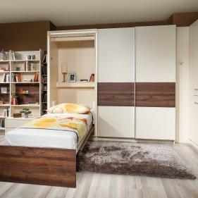 Schlafzimmer mit Klappbett