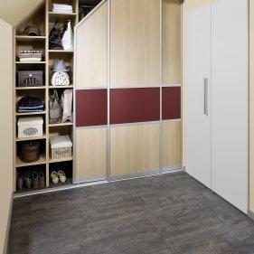 Schrankraum mit Regalsystem und Indoor Schiebetüren