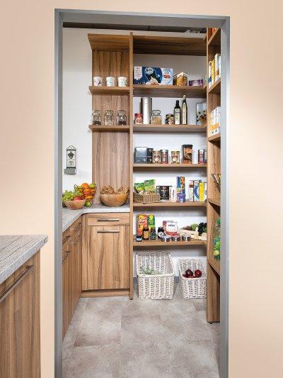 Vorratsraum mit Küchenschränken und offenen raumhohen Regalen