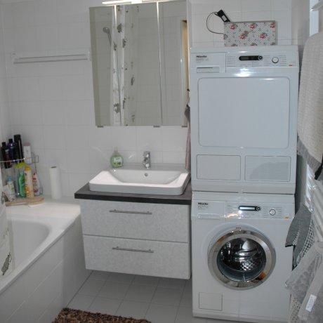 Kleines Bad mit Spiegelschrank
