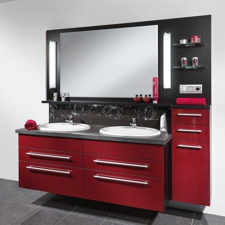 Doppelbad mit großem Spiegelpaneel in Hochglanz Rot