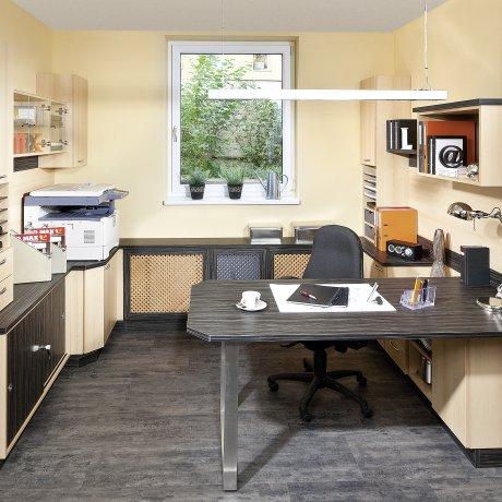 Maßgenaues Büro mit Ordnerschränken