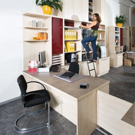 Büro mit raumhohen Ordnerschränken