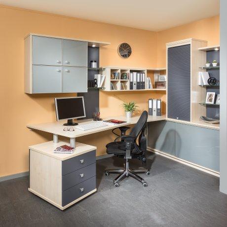 Büro mit Rolloschrank