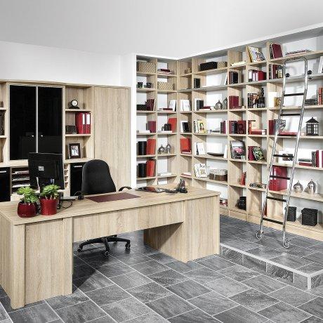 Raumhohe Regalwand mit Schreibtisch