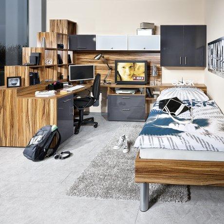 Jugendzimmer mit Bettüberbau und Raumteiler
