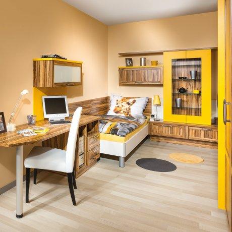 Jugendzimmer mit Einzelbett und Schrankwand