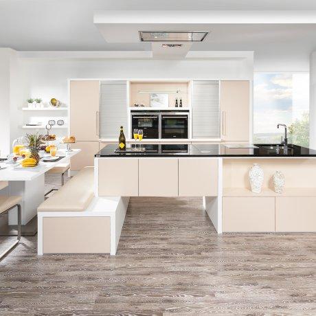 Küche mit Insellösung und Essplatz
