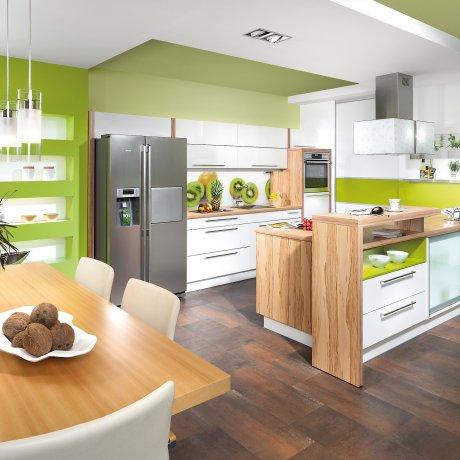 Zeilenküche mit Essplatz Vorratsraum Nischenbeleuchtung und Glasvitrine