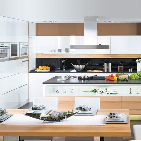 Eckküche mit angesetzter Raumteiler Insel nach Mass