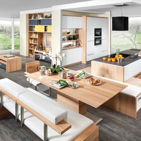 Wohnküche mit Kochinsel und Essplatz