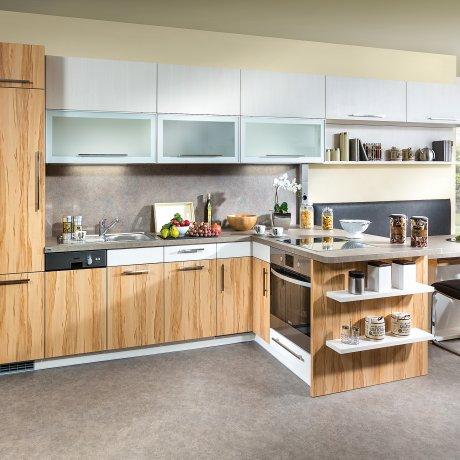 Küchenzeile mit angeschlossenem Essbereich
