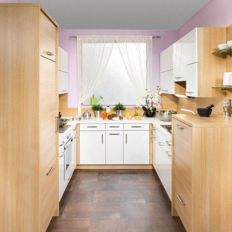 Küche in U-Form nach Mass mit hochgestelltem Geschirrspüler
