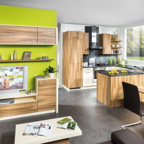 Wohnküche mit Essplatz und Wohnzimmer