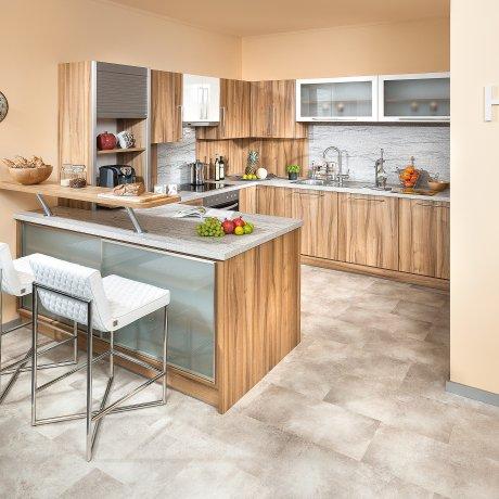 Eckküche mit Barlösung und angrenzendem Vorratsraum