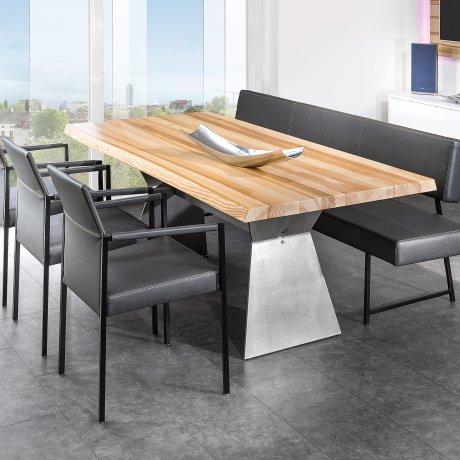 Esstisch mit Massivholzplatte und Metallgestell.