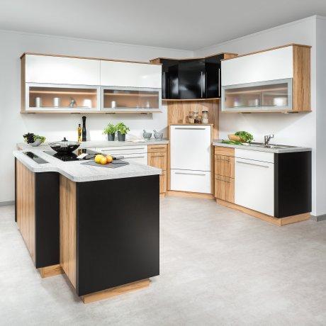 U-Küche mit Kochinsel und hochgestelltem Geschirrspüler