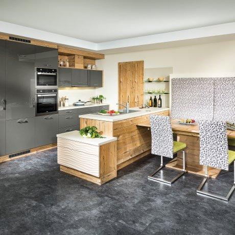 Zeilenküche mit angschlossenem Essplatz.