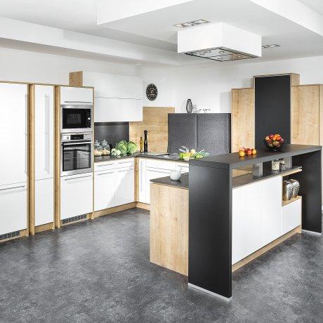 U-Küche mit Kochinsel und Barlösung in Dekor Wildeiche und Lack Weiß