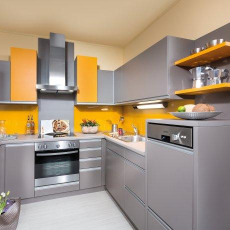 U-Küche mit Griffleistenfront