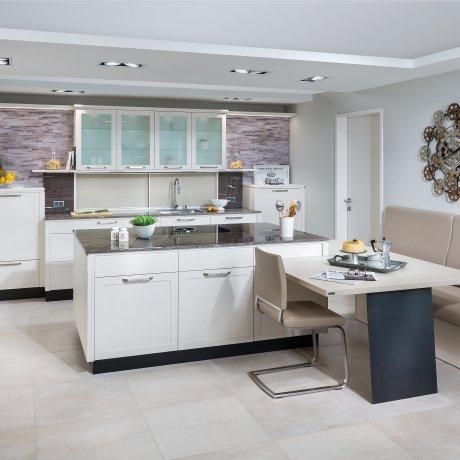 Küche mit Kochinsel und Essplatz