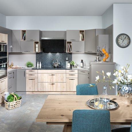 Küche mit Wirtschaftsraum