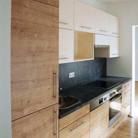 Zeilenküche mit mobilem Arbeitsplatz
