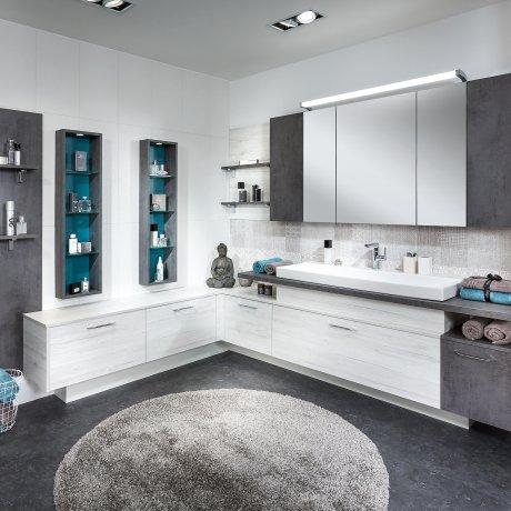 Eckbad mit Spiegelschrank