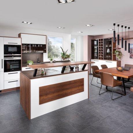 Küche mit Kochinsel und Bar