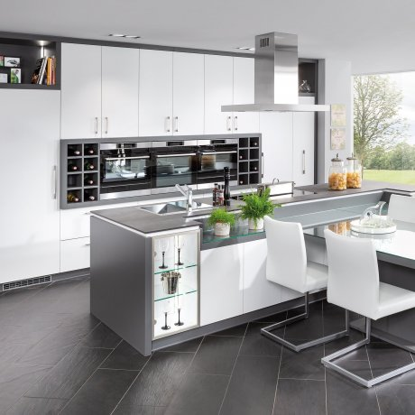 Küche mit Kochinsel und Sitzplatz