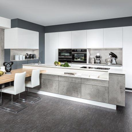 Küche mit Raumteiler und Sitzgruppe
