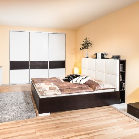 Schlafzimmer mit Doppelbett und Schiebetürkasten