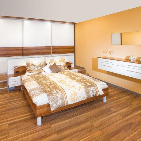 Schlafzimmer mit geräumigen Schiebetürschrank