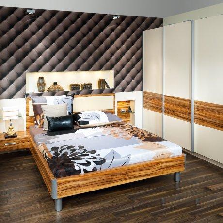 Schlafzimmer mit einem Schwebetürschrank