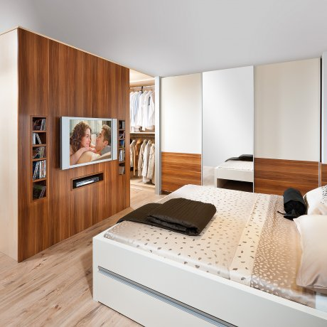 Schlafzimmer mit großem Schrankraum