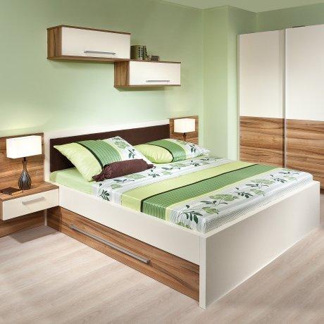 Schlafzimmer mit Doppelbett und Schwebetürkasten