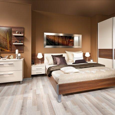 Schlafzimmer mit Schwebetürschrank und Anrichte mit Spiegelpaneel