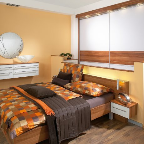 Schlafzimmer mit großzügigem Schiebetürkasten