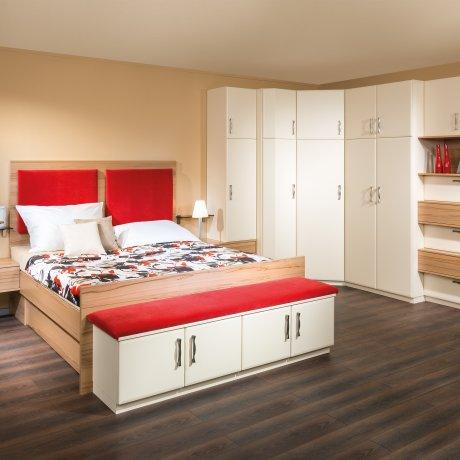Schlafzimmer mit einem Doppelbett und einem großem Eck-Kleiderschrank