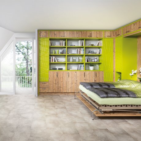Schlafzimmereinrichtung mit Klappbett und Wandverbau mit einem offenen Regal