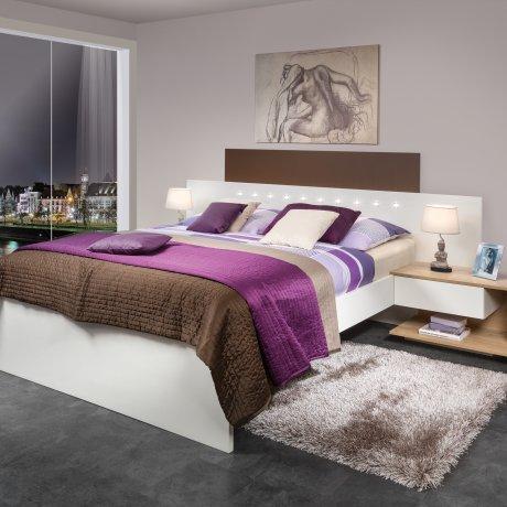 Doppelbett mit Nachtkästchen