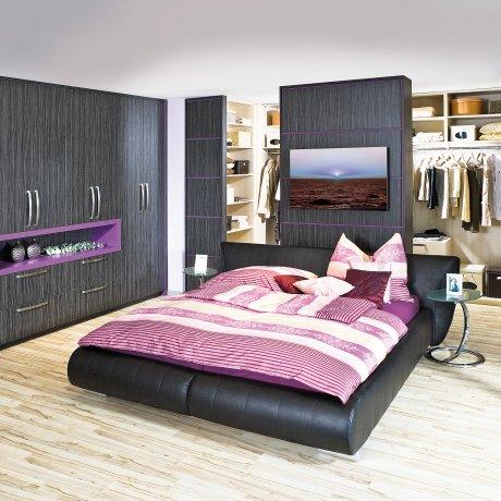 Schlafzimmer mit Raumteiler zum Schrankraum