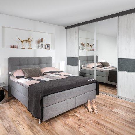Schlafzimmer mit Indoor-Schrank