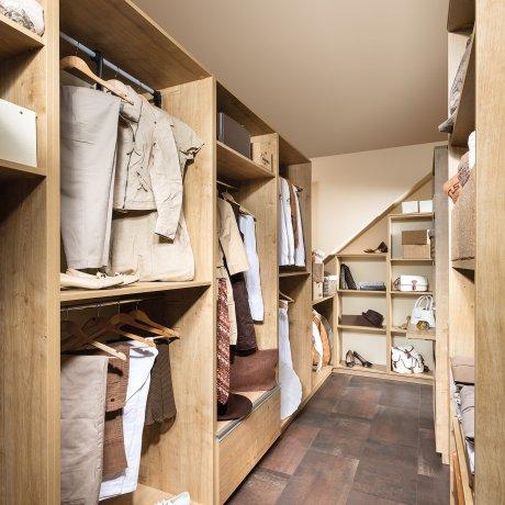 Schrankraum in Korpusbauweise unter einer Dachschräge
