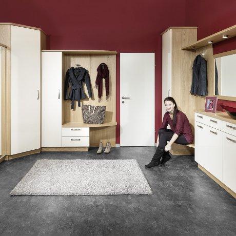 Vorzimmer 2 teilig mit Ecklösung und einer Anrichte mit Sitzgelegenheit
